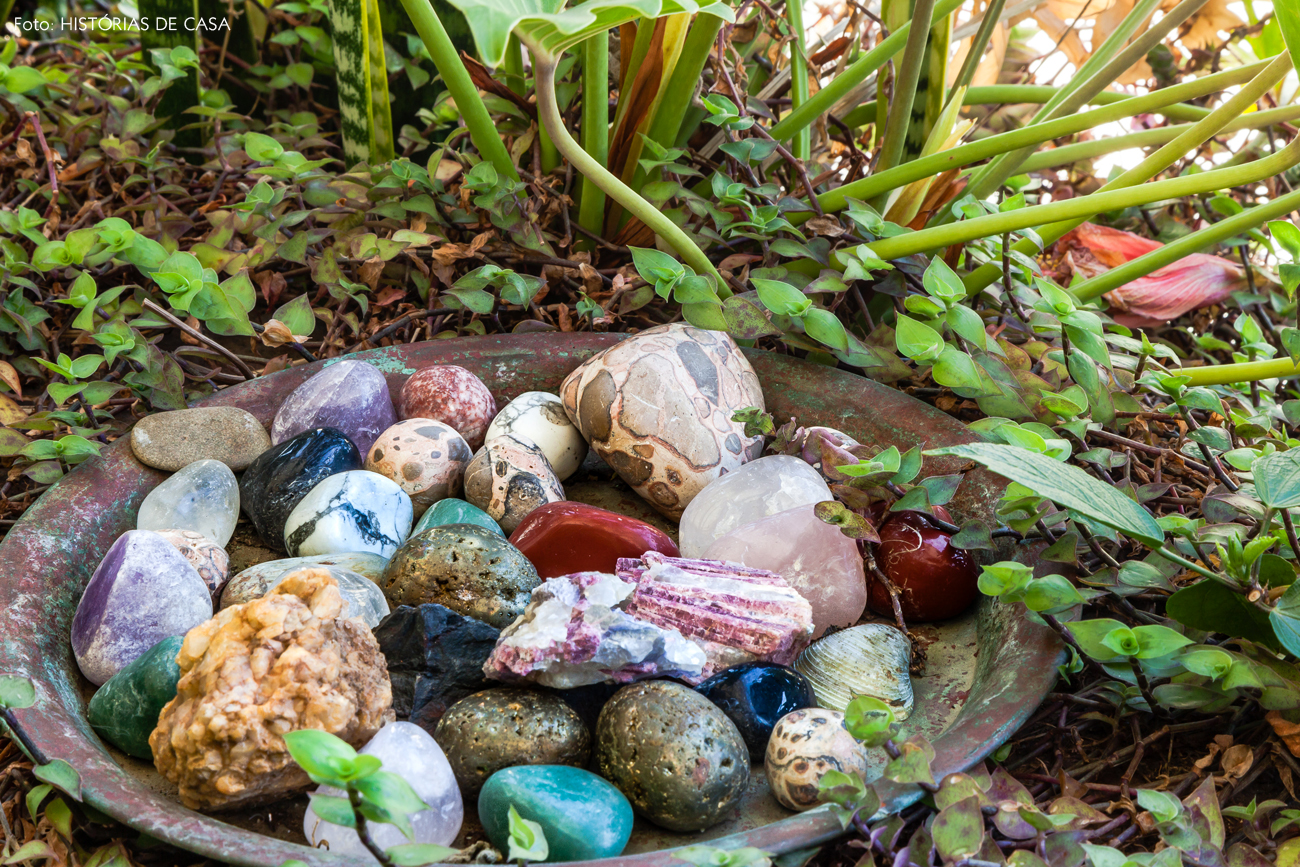 21-decoracao-jardim-bacia-cristais-pedras-plantas