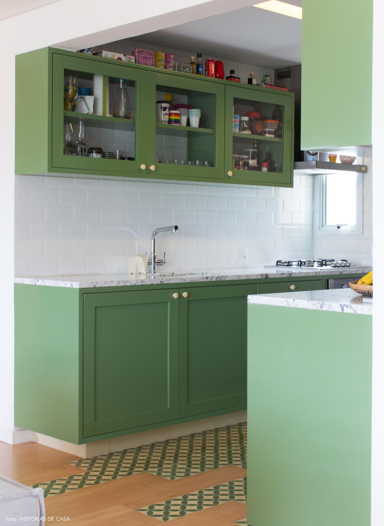 23-decoracao-apartamento-cozinha-integrada-piso-ladrilho-hidraulico