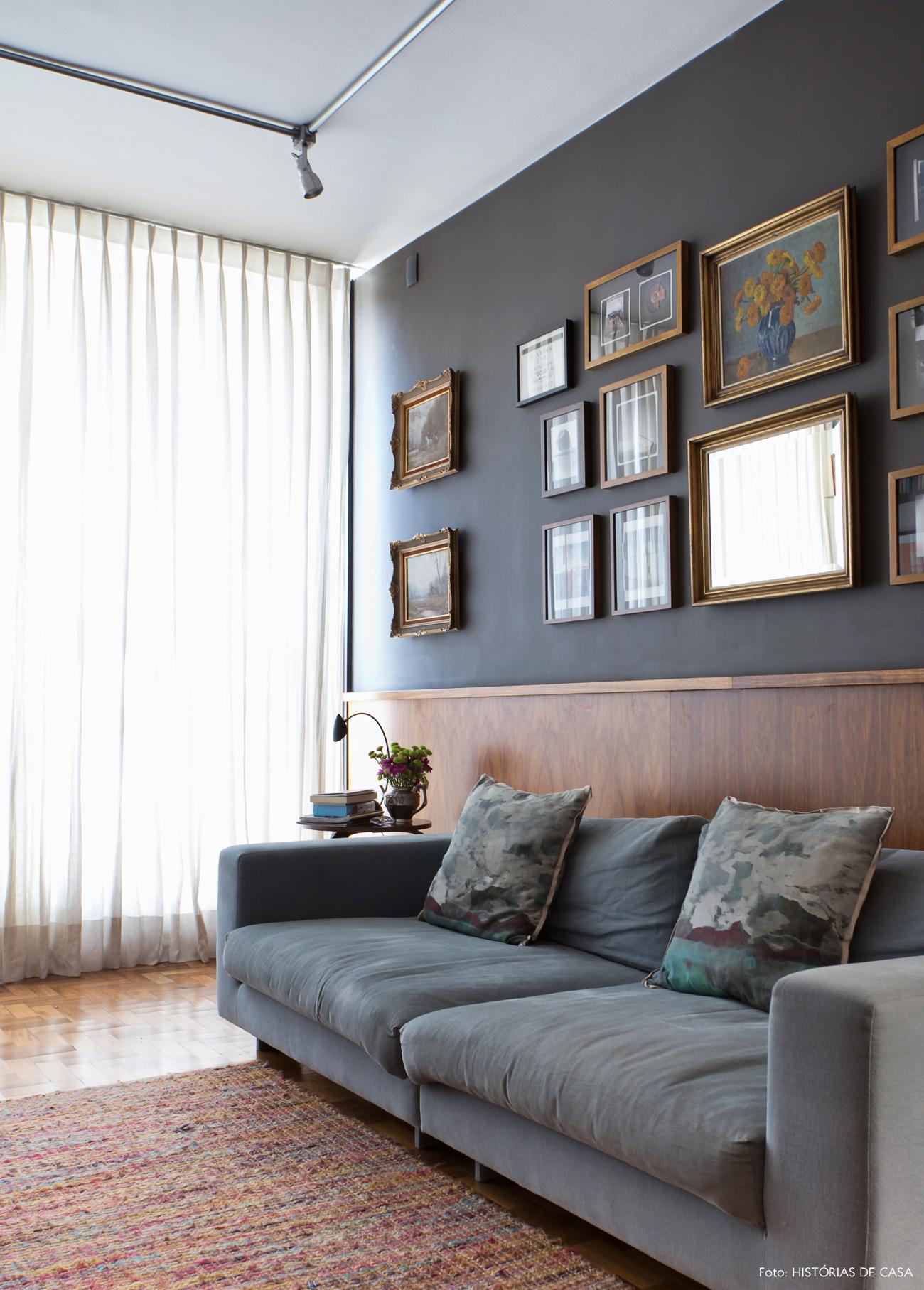 23-decoracao-sala-estar-sofa-azul-claro-lambri-de-madeira