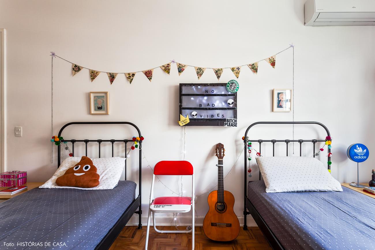 43-decoracao-quarto-crianca-camas-de-ferro-bandeirolas