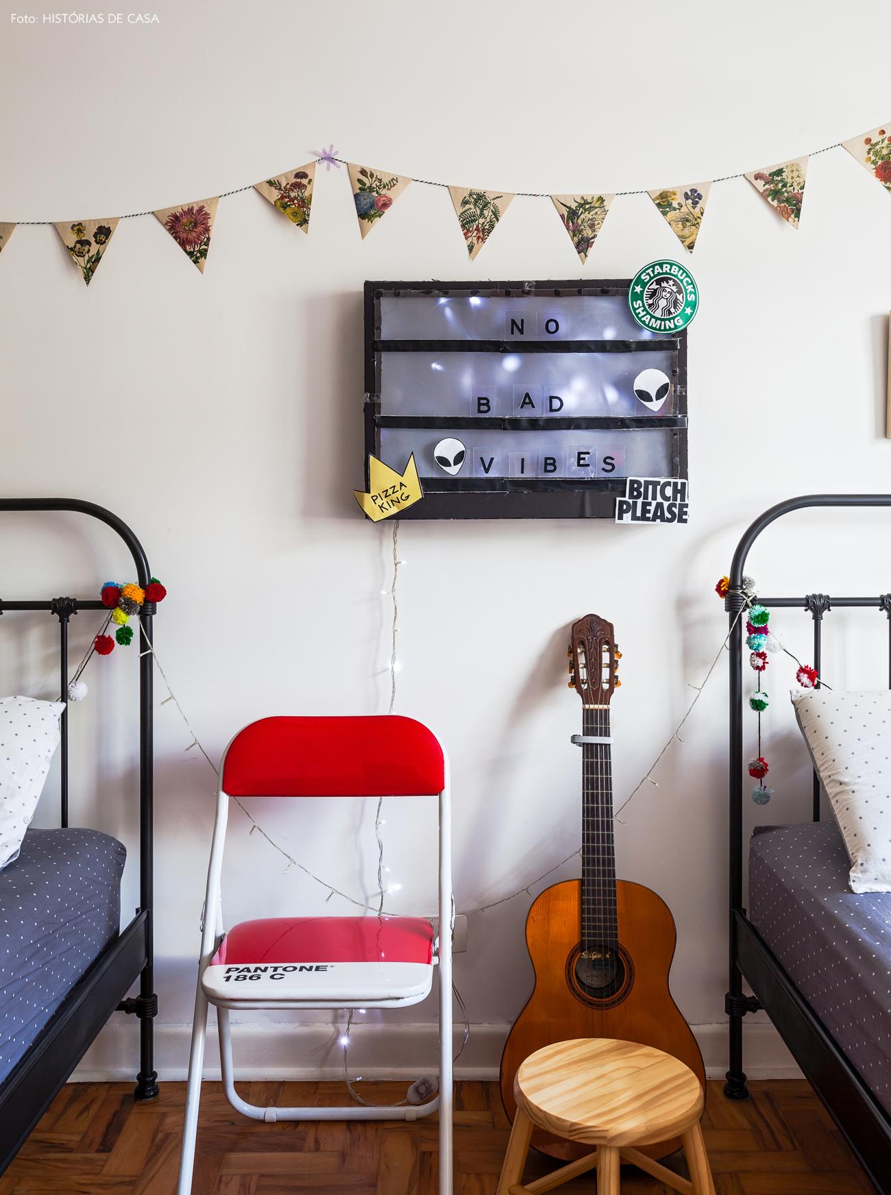 44-decoracao-quarto-crianca-camas-de-ferro-bandeirolas