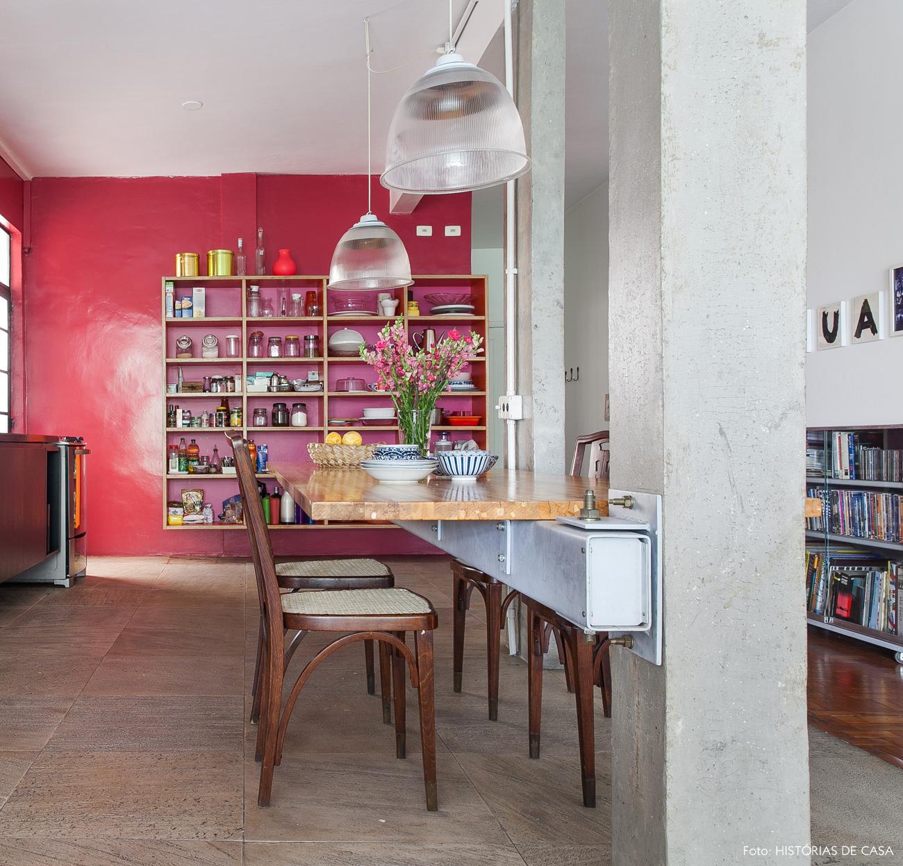 04-decoracao-cozinha-integrada-pilares-concreto-parede-rosa