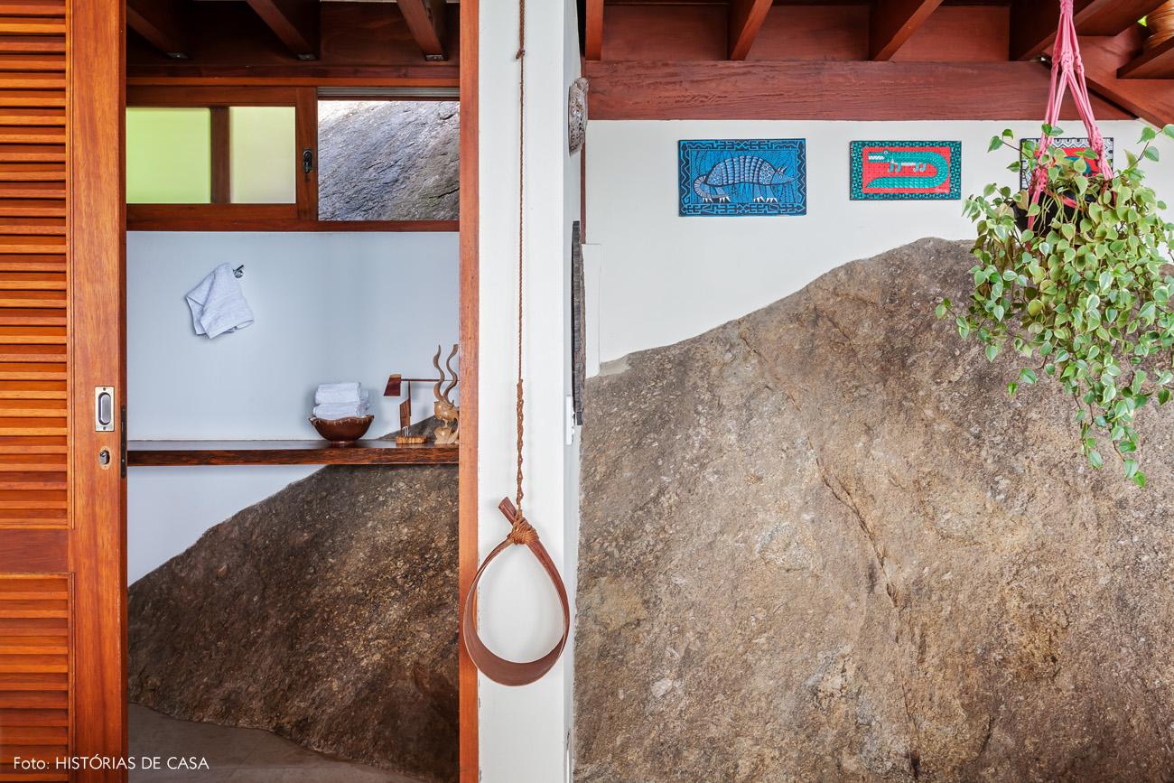09-decoracao-casa-de-praia-sala-estar-pedra-arquitetura