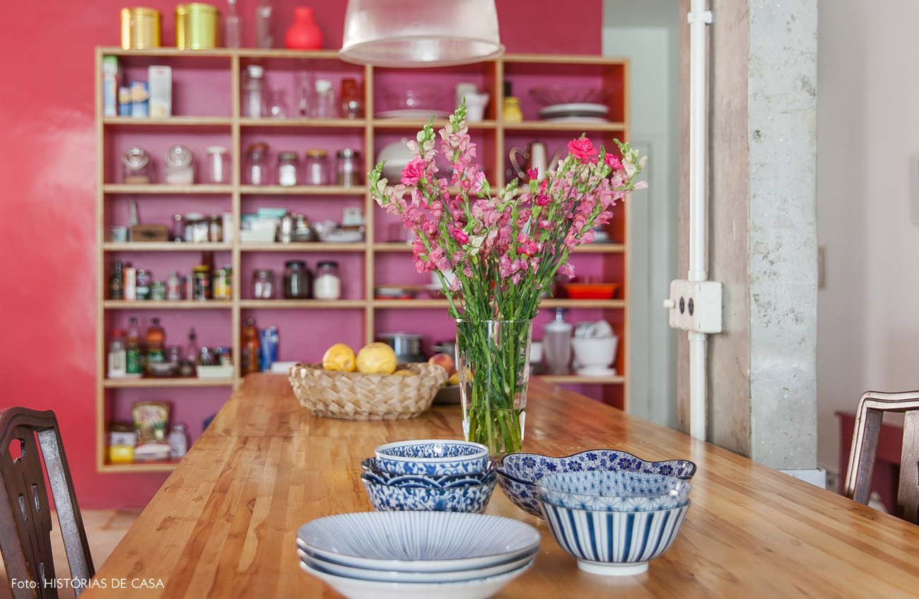 09-decoracao-cozinha-integrada-armario-sem-portas-parede-rosa