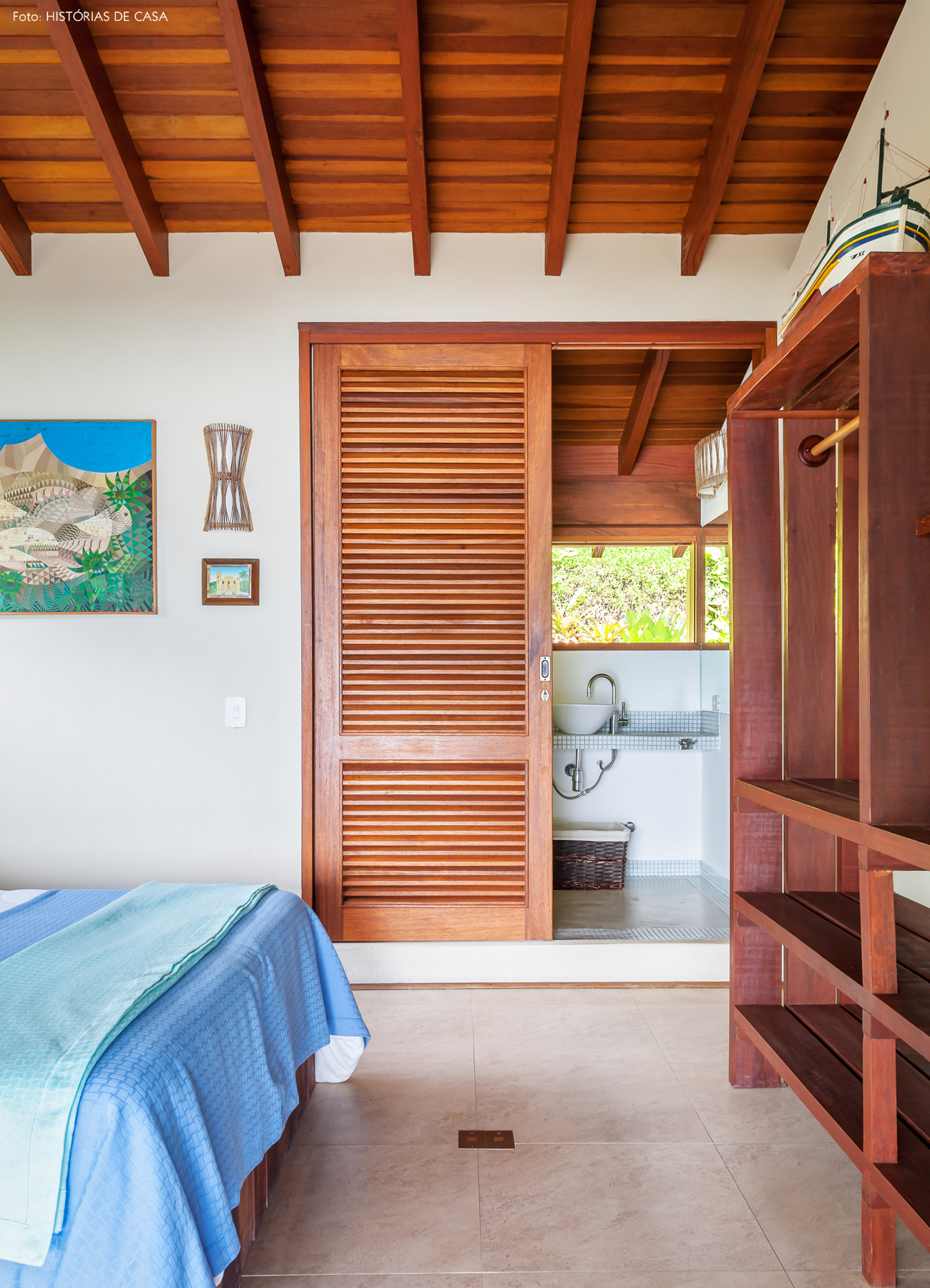 29-decoracao-casa-de-praia-de-madeira-quarto-com-banheiro