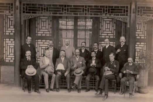 Bernardo Cólogan y los representantes de las potencias occidentales en la embajada de España (1901)