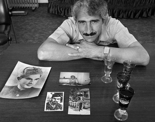 Alí Sheqer Pashkaj, fotografiado por Norman Gershman. Su padre, también llamado Alí, salvó al joven judío Yasha Bayuhovio, de sombrero mexicano en una de las fotos