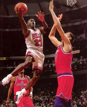 Muresan intentando taponar a Michael Jordan