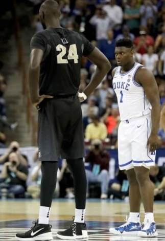 Tacko Fall junto a Zion Williamson (198 cm) en un partido de la NCAA