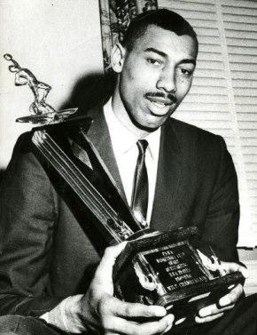 Wilt Chamberlain con el trofeo a MVP de 1960