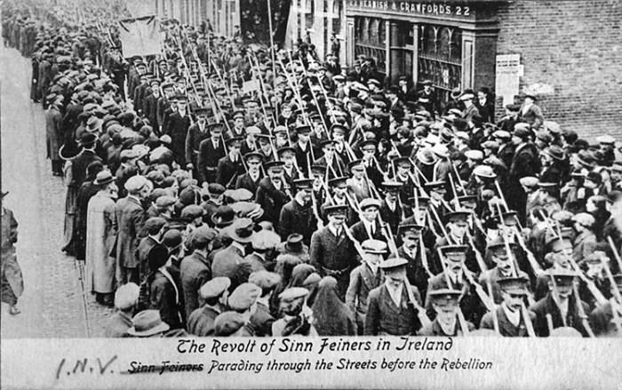 Voluntaris del Sinn Fein marxant pels carrers de Dublín, 1916