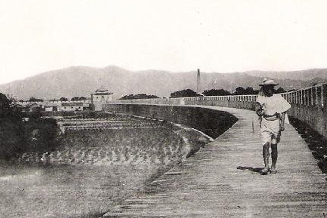 日本時代初期臺北城的城門、城牆、農田、人家