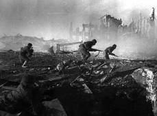 Soviet troops advance in the rubble of Stalingrad.