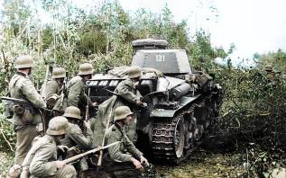Panzergrenadier of the 6.Panzer Division use the cover of a Panzerkampfwagen 35(t) during Operation Barbarossa.