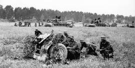Soldiers at the 75mm infantry gun.