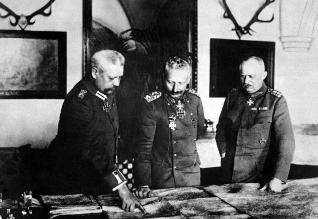 Hindenburg on left with Wilhelm and Ludendorff.