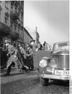 SD personnel during a łapanka (random arrest) in occupied Poland.
