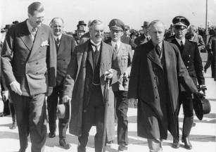 Karl Fiehler (second row, bright uniform, between Neville Chamberlain and Joachim von Ribbentrop) at the Munich Agreement 1938.