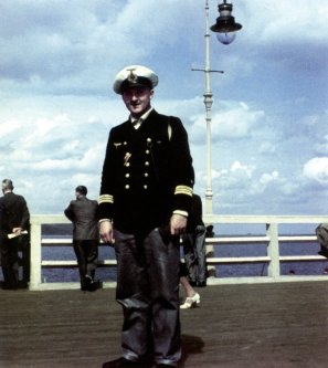 The commander of U-403, Kapitänleutnant Heinz-Ehlert Clausen, photographed on the pier of Danzig Bay during Zoppoter Woche (Zoppot Week) in July 1941.