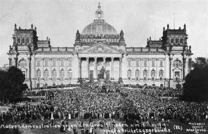 Demonstration against the Treaty in front of the Reichstag.