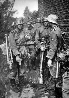 MG 34 team of the 5th SS Panzer Division Wiking preparing for battle.