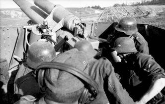 Panzerhaubitze Hummel crew in action on the Eastern Front, 1943.