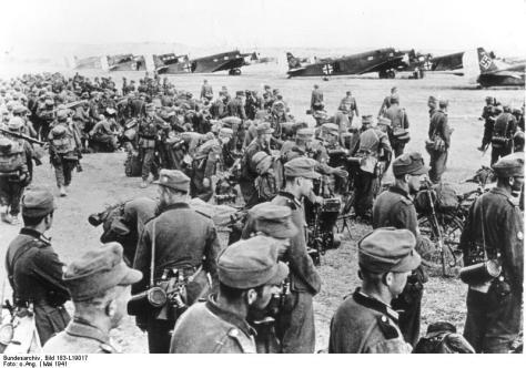 Scherl Bilderdienst Eine einzigartige Leistung vollbrachten unsere Truppen bei der Besetzung der Insel Kreta. Am Morgen des 20. Mai landeten die ersten Fallschirmjäger und im Laufe der nächsten Tage wurden immer weitere und größere Verbände Fallschirmjäger und Luftlandetruppen nachgezogen. Der Kampf um die schwer befestigten britischen Gebirgsstellungen erforderte bei unseren Gebirgstruppen, die mit Transportmaschinen nach Kreta befördert wurden, den höchsten Einsatz. - Unser Bild zeigt Gebirgsjäger kurz vor ihrem Start nach Kreta. PK-Jesse 31.5.1941 [Herausgabedatum] Start n. Kreta. Geb.-Jäger vor dem Start nach Kreta