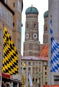 Banners with the colours of Munich (left) and Bavaria (right) with the Frauenkirche in the background.