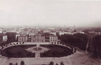 The Königsplatz with the Raczyński Palace in 1880 and the Brandenburg Gate at right.