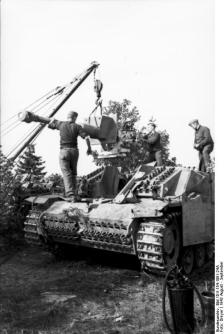 Gun maintenance on a Sturmgeschütz III.
