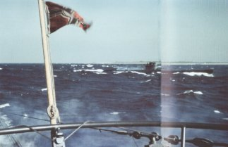 This photo was probably shot during crash dive tests in the Baltic Sea. Taken from U-595, it shows a second U-boat bearing the white UAK emblem on the conning tower, sailing into Kiel Fiord. The white UAK emblem was only applied, on both sides of the conning tower, during the testing phase.