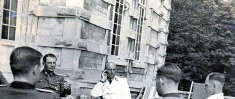 Wilhelm Bittrich in a rare white summer uniform of the Waffen-SS, on his left SS-Sturmbannführer Walter Harzer , near Ypres in the summer of 1943.