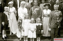 Wedding picture of Sigurd of Ilsemann , the adjutant of the German Emperor and King of Prussia Wilhelm II. In front of the porch of the house Doorn 1920. At the groom's left hand is the Empress Augusta Victoria .
