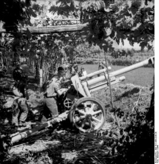 The leFH 18/40 howitzer in a concealed firing position in Italy, 1944.