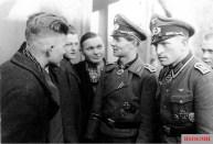 Knight Cross bearer Otto Brakat (right) with Knight Cross bearer Hans Klemm of the Infantry Regiment Großdeutschland (motorized) and war volunteers.
