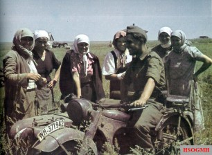 Kriegsberichter (war correspondent) of Berichterstaffel z.b.V. OBH strikes a conversation with Ukrainian female farmers out in the fields.