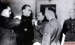 Max Wünsche is promoted; v. l. n. r .: Kurt Meyer , Max Wünsche, Sepp Dietrich , Heinrich Himmler, and Hubert Meyer.