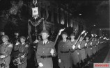 The band and torchbearers during a 1974 Großer Zapfenstreich to celebrate the 25th anniversary of the NVA.