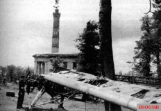 The wreck of the Fieseler Storch , with which Hanna Reitsch and Robert Ritter von Greim flew to Berlin on April 27, 1945; in the background the Victory Column.