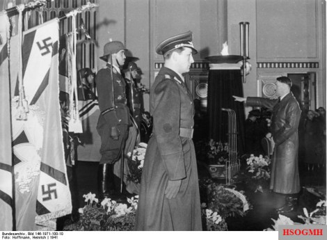 Hitler in front of the coffin Ernst Udet, left Adolf Galland. Werner Mölders was unexpectedly absent, he had tragically crashed after a motor failure on the flight to the state funeral.
