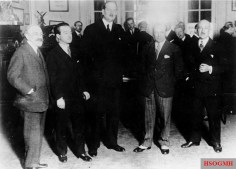 The former German fighter pilot Ernst Udet 1928 (second from right) as a guest in the French Aero Club in Paris.