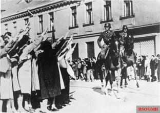 Volksdeutsche from Łódź greeted German cavalry in 1939.
