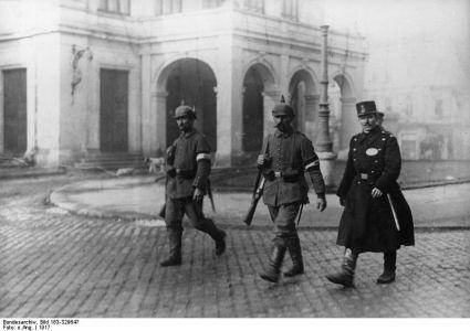 Patrulă mixtă în faţa Teatrului Naţional din Bucureşti: doi soldaţi germani şi un poliţist român.