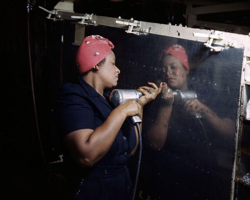 """Een """"Rosie"""" werkt aan een Vultee A-31 Vengeance-bommenwerper in Nashville 1943."""