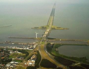 Afsluitdijk vanuit Den Oever (wiki)