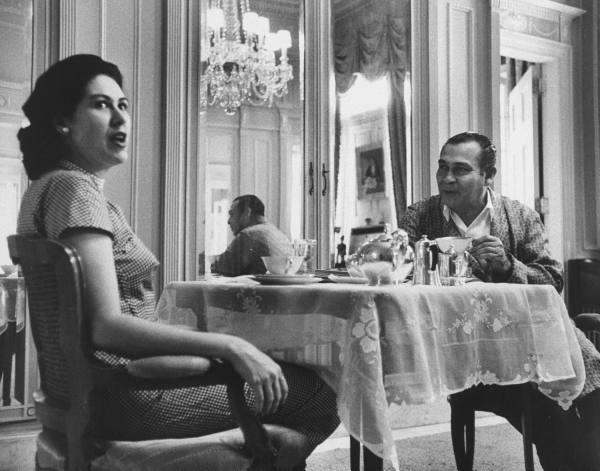 Batista ontbijtend in zijn paleis met zijn vrouw Marta Fernández Miranda, acht maanden voor hij Cuba ontvlucht.
