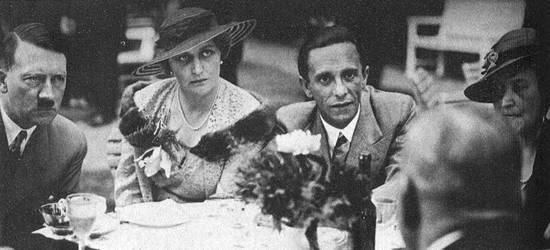 Hitler (l), Magda (m) en Joseph Goebbels (r) tijdens een theepartijtje in de tuin van de Rijkskanselarij (1934)
