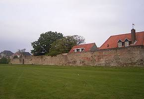 Deel Harderwijker stadsmuur gerestaureerd