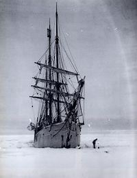 De Belgica vast in het ijs