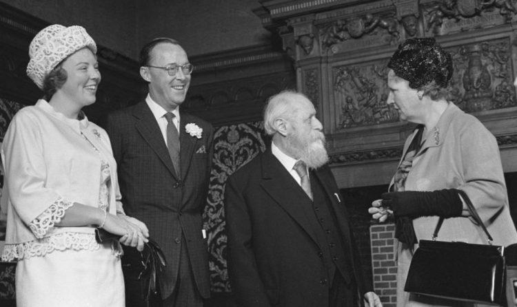Martin Buber ontvangt de Erasmusprijs, in gesprek met koningin Juliana in 1963